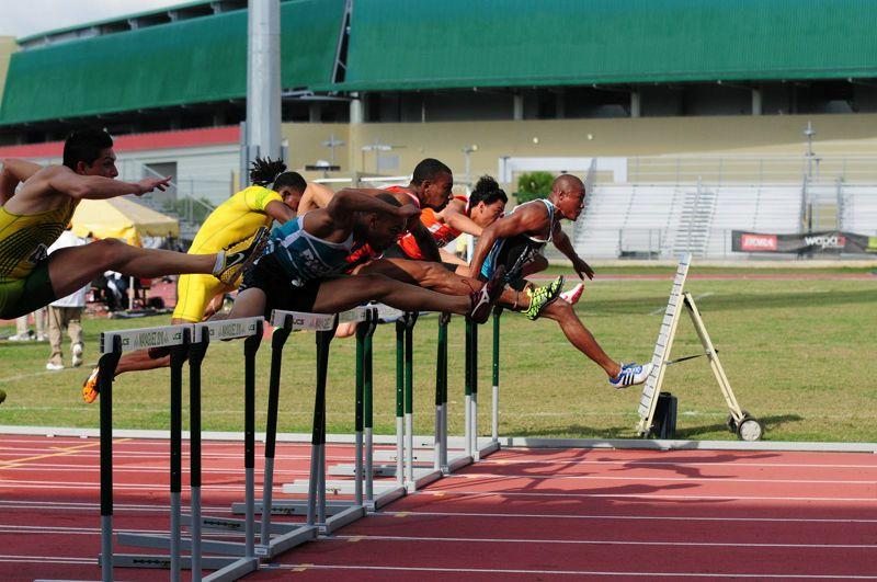 Entrenamiento de carreras de vallas para jóvenes atletas