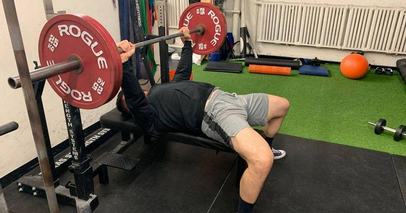 La velocidad de movimiento como medida del nivel de esfuerzo durante el ejercicio de fuerza.