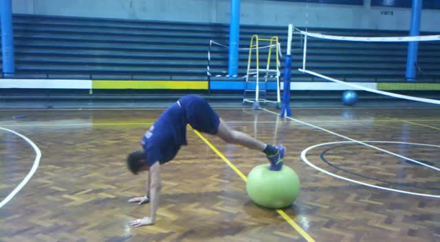 Knee UP + Pike sobre pelota de estabilidad