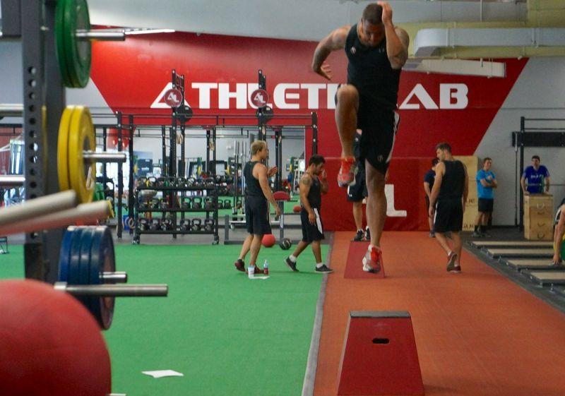 Comparación entre el entrenamiento pliométrico unilateral y bilateral sobre el rendimiento y fuerza de salto con una pierna o con dos piernas