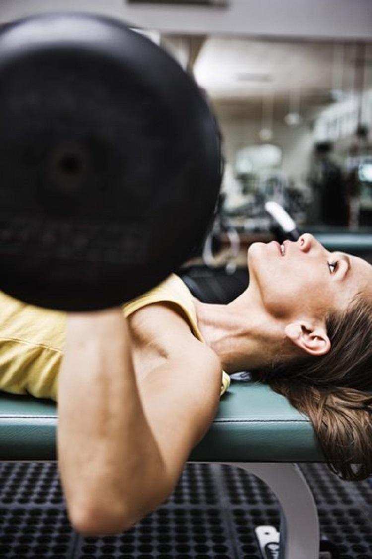 Evidencia para un umbral superior para el volumen de entrenamiento de la fuerza en mujeres entrenadas