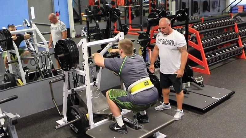 Comparación de la activación muscular entre sentadilla con barra atrás y sentadilla con cinturón de carga