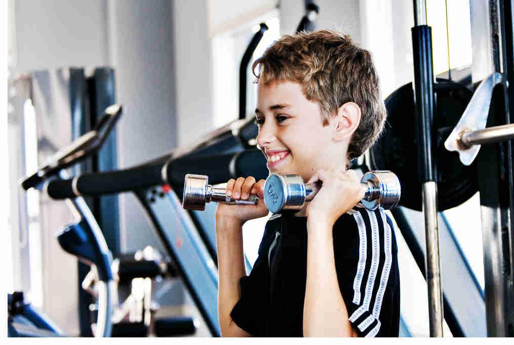 Beneficios potenciales del entrenamiento de la fuerza en edades tempranas para la salud y rendimiento