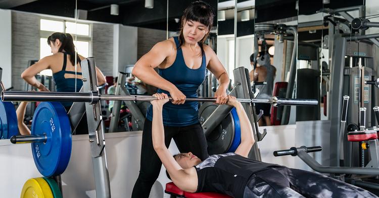Influencia de agregar ejercicio de una sola articulación a un programa de entrenamiento de la fuerza de múltiples articulaciones en mujeres jóvenes desentrenadas