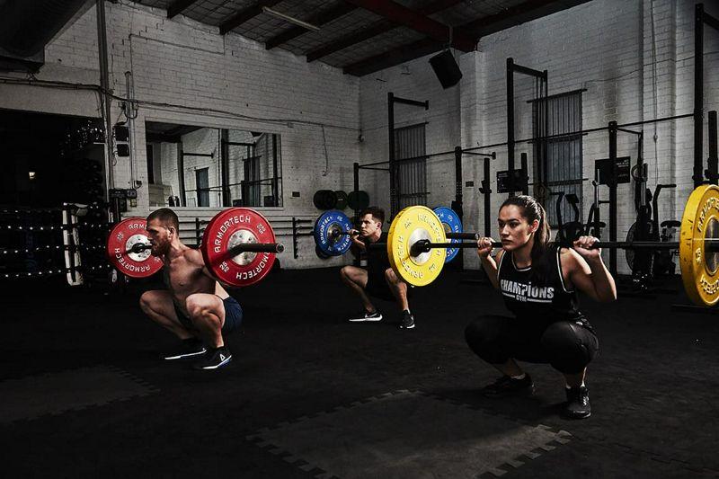 La restricción calórica induce resistencia anabólica al ejercicio de fuerza