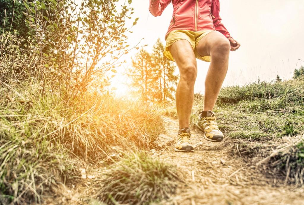 Eficacia del entrenamiento de carrera en descenso para mejorar rendimientos musculares y aeróbicos